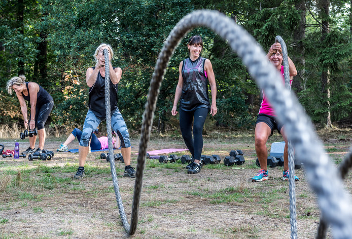 Bootcampcoach Marjolein Kroese (tweede van rechts) van Lekker in Beweging start in oktober met bootcamptrainingen voor zwangere vrouwen.