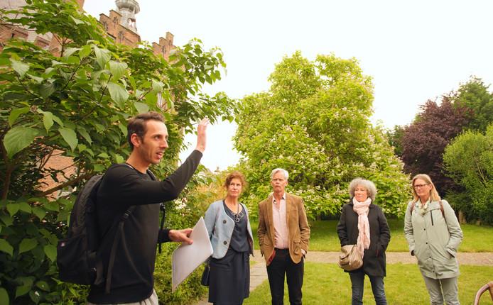 Historicus Roland Gieles geeft een rondleiding over de stadswallen van Zaltbommel. Hij vertelt het verhaal van François Willem de Virieu, de man die de wallen in 1834 transformeerde in stadspark.