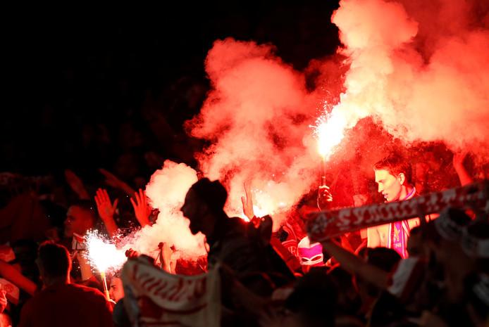 Fans van FC Köln steken vuurwerk in het EL-duel met Arsenal.