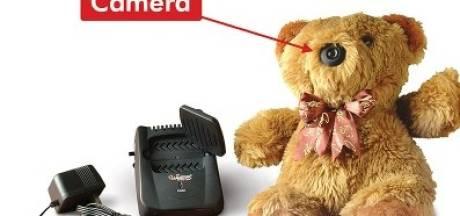Pooier begluurt vriendin met verborgen camera in teddybeer