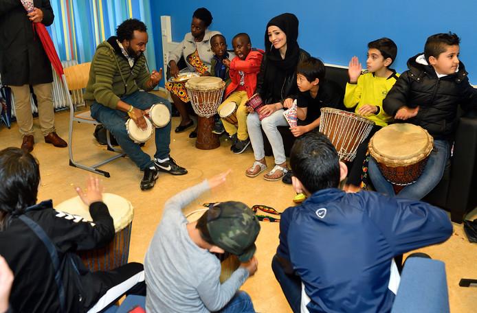 Kinderen en hun ouders tijdens een opendag vorig jaar in het asielzoekerscentrum in Amersfoort.