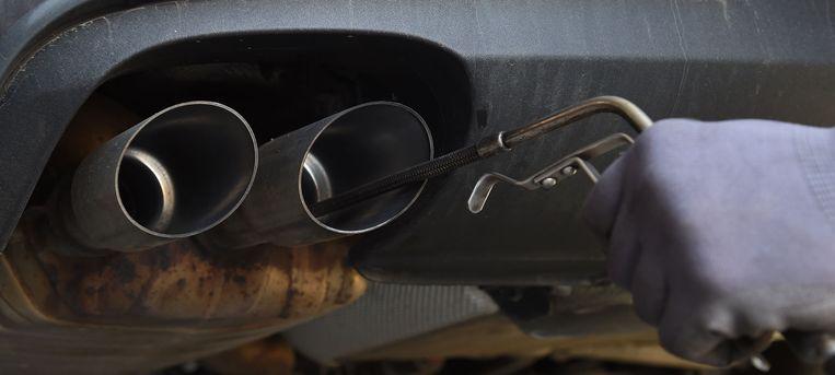 Een automonteur checkt het uitstootniveau van een auto. (Archieffoto)