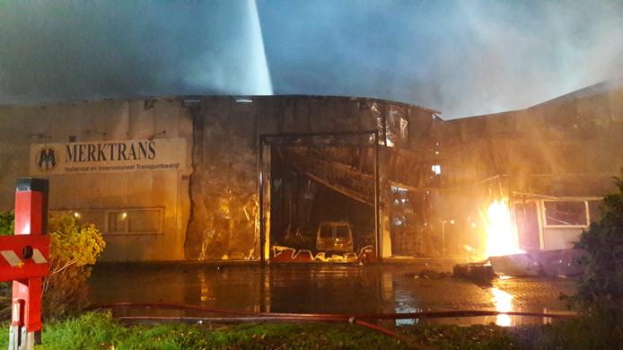 De brand zorgt voor forse schade bij drie transportbedrijven Merktrans, RLD Trans en Ovvio in het complex aan de kant van de Bosstraat in Roosendaal.