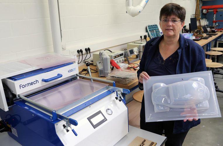 Coördinator Rita Thijs bij een soort 3D-printer.