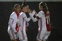 Nikita Tromp wordt gefeliciteerd door Ajax-captain Marjolein van den Bighelaar.