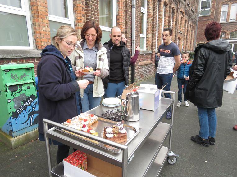 De leerkrachten van Lenteland worden verrast met koffie en taart.