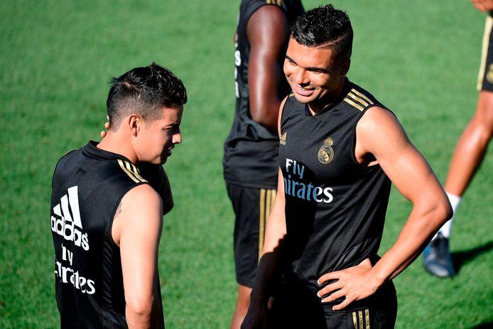 James Rodríguez in gesprek op de training met Casemiro.