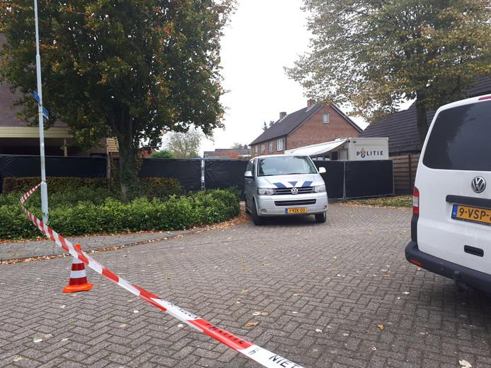 Een gedeelte van de Julianalaan in Hengelo is deze dinsdag nog steeds afgezet.