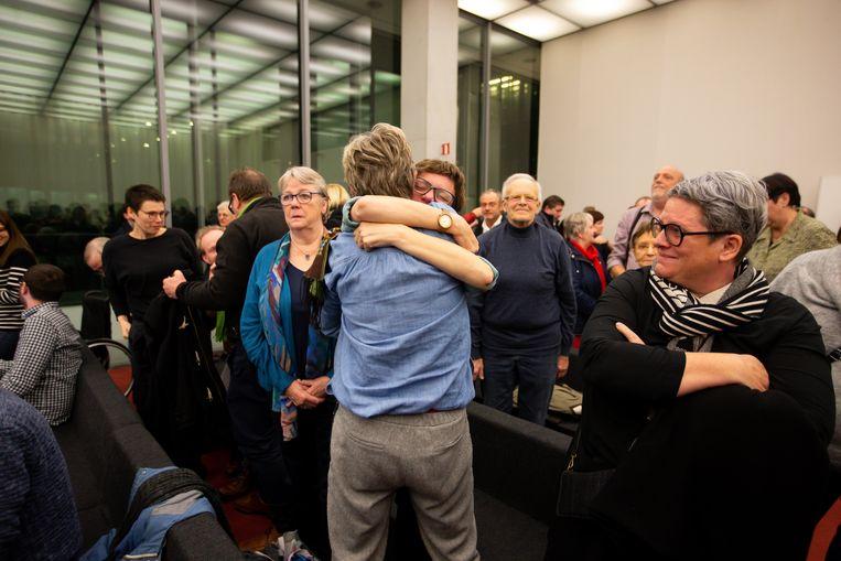 Familieleden van de aangeklaagde artsen omhelzen elkaar nadat de jury in Gent heeft besloten tot vrijspraak. Beeld BELGA