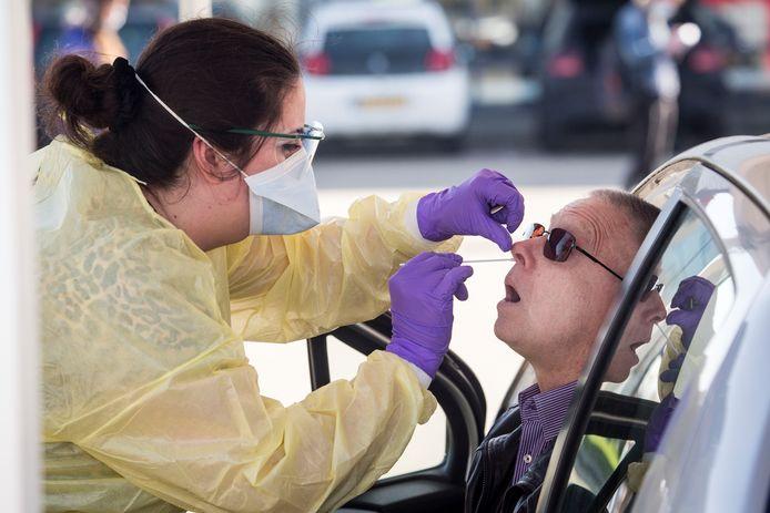 Zorgpersoneel met klachten zou zich vanaf afgelopen maandag kunnen laten testen op het coronavirus, maar dat gebeurt volgens zorgmedewerkers nog onvoldoende.