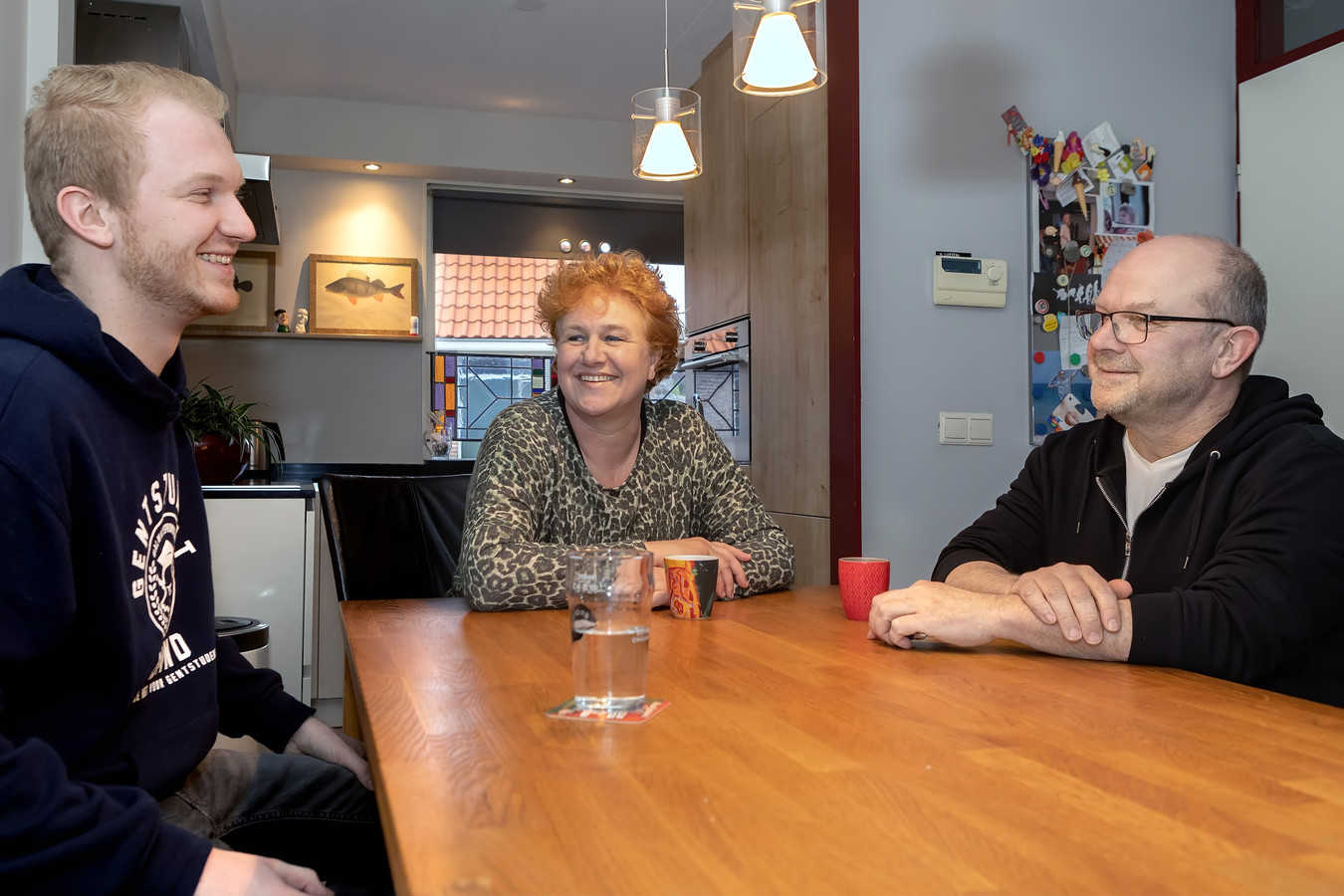 Oosterhout - Marjon en Kees Luijten en hun zoon Bram werken alledrie op corona-afdelingen. Marjon in het Amphia in Breda en Kees en Bram in het TweeSteden-ziekenhuis in Tilburg. Hier zitten ze aan de keukentafel in hun huis in het centrum van Oosterhout.