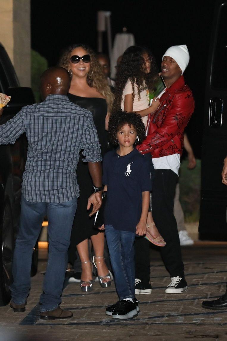 Nick Cannon, Mariah Carey en hun kinderen gaan samen uit eten.