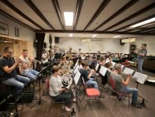Fanfare Sint Lucia brengt Jacques Brel tot leven in De Mortel