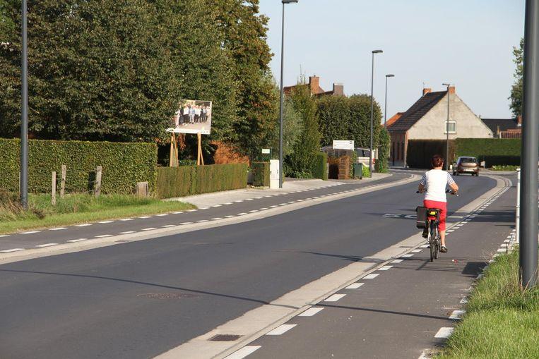 Het fietspad in de Ruiseledesteenweg stopt na de bocht, de rest moet nog aangelegd worden.