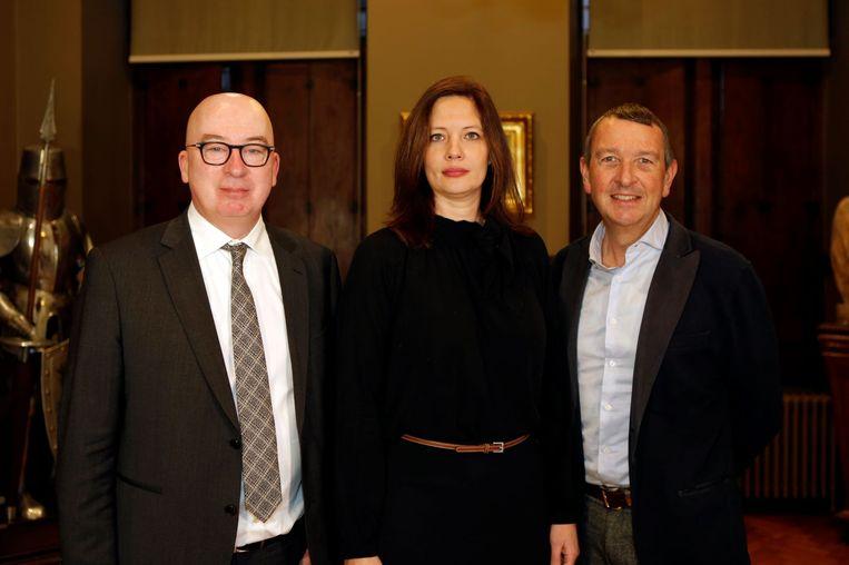 Burgemeester Piet Buyse, onderzoeker Liza Musch en dokter Jan Decloedt geven in het Dendermondse stadhuis het startschot voor de studie.