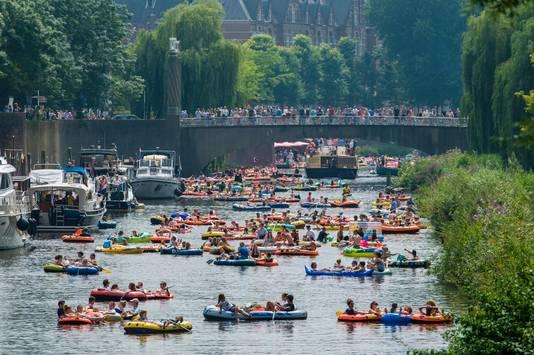 De rubberbotenparty op de Dommel, met de Wilhelminabrug als decor. FOTO Olaf Smit IPTCBron  Fotoburo Olaf Smit  de rubber boten party over de Dommel, op de achtergrond de Wilhelminabrug