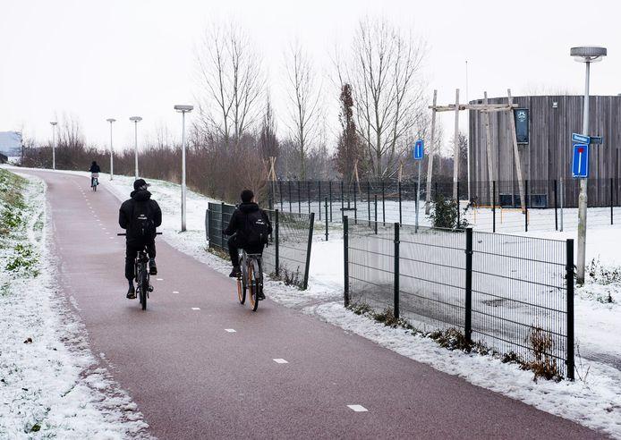 Het fietspad onderaan het talud van de Huis te Vleutenbaan (Vleuterweide) waar in de afgelopen periode een tweetal fietsende scholieren werd beroofd