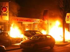 Meerdere auto's in brand bij autobedrijf in Oss, politie gaat uit van brandstichting