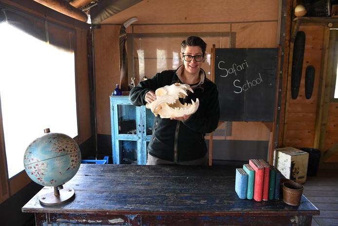 Ranger Kris maakt school-tv vanuit de Beekse Bergen.