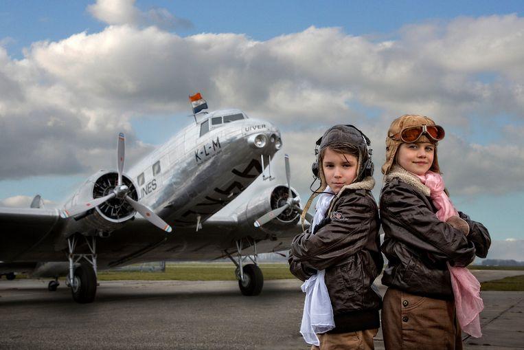 Elsa en Thomas kiezen het luchtruim in het Aviodrome. Beeld RV