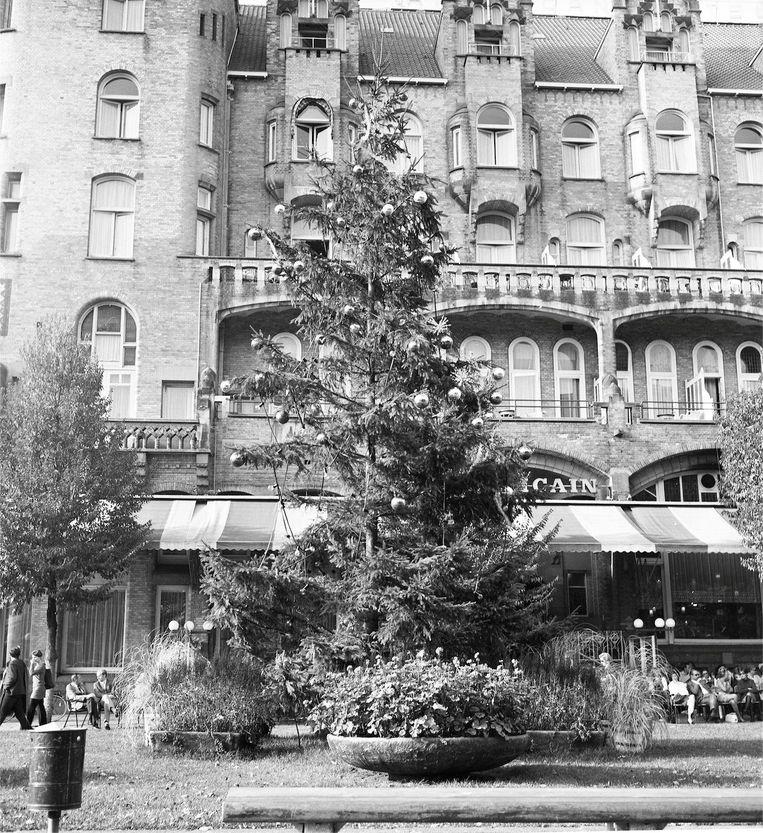 Wim T. Schippers, documentatiefoto van 'Indian Summer kerstboom' op het Leidseplein. Beeld Stedelijk Museum