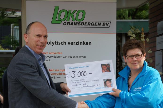 De symbolische cheque wordt door LOKO Gramsbergen BV overhandigd aan Unicef Vechtdal