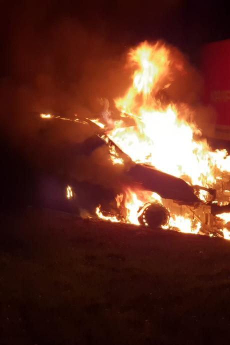 Auto brandt uit aan Krokuspad in Hengelo