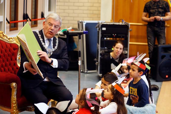 Burgemeeester Jan van Zanen las vanmorgen voor op de Lukasschool in Kanaleneiland