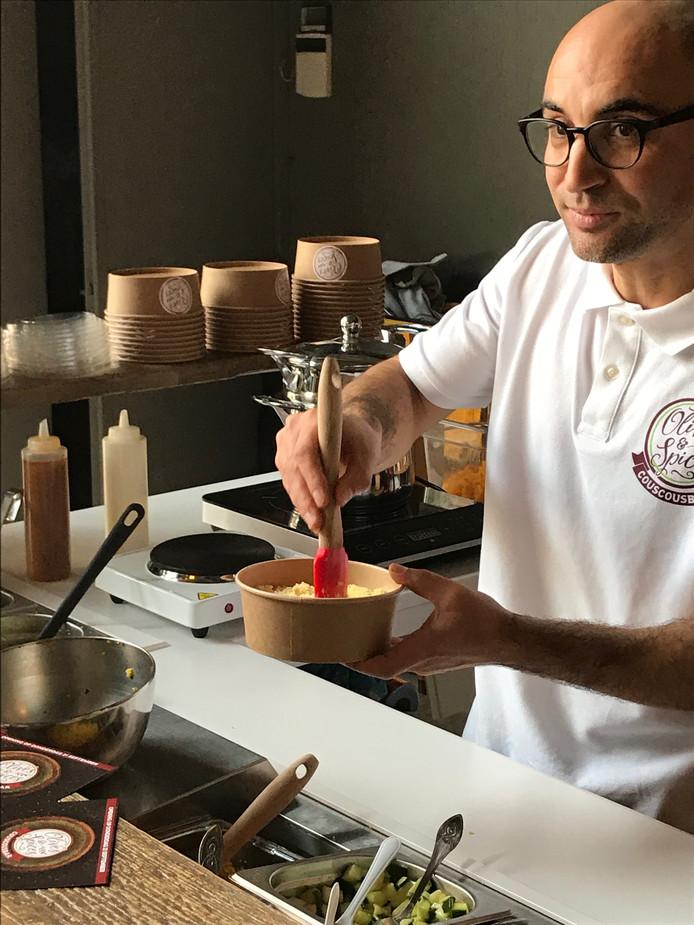 Rachid maakt de couscous voor zijn couscousbar.