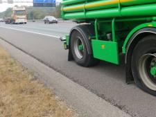 Vrachtwagen met lekke band bij Grijsoord
