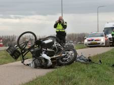 Motoragent kan vanwege verwondingen nog niet uitleggen waarom hij in diensttijd tegen verkeer inreed