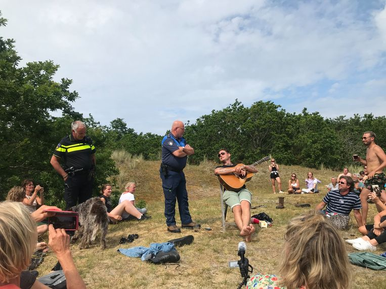 Douwe Bob probeerde maandag een optreden te geven op Terschelling. Beeld Jacob Haagsma