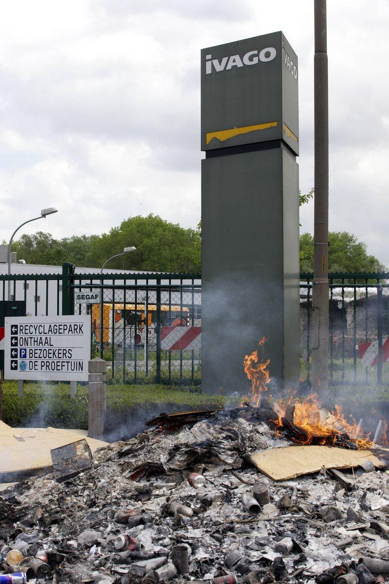 De onderhandelingen tussen de vakbonden en directie van IVAGO gaan door op neutraal terrein. Bij de bedrijfsterreinen van IVAGO staken actievoerders vandaag afval in brand.