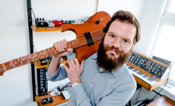 Aart Strootman heeft een atelier in Tilburg en woont in Rotterdam. Hij is gitarist en componist.