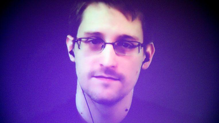 Edward Snowden houdt een videotoespraak voor Amnesty International in Parijs. Foto uit december 2014.