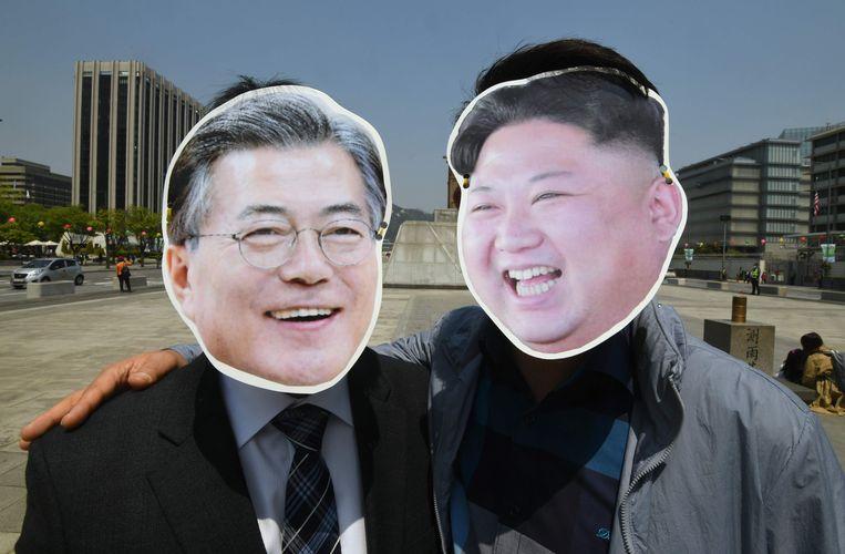 Zuid-Koreaanse activisten dragen maskers van Kim Jong-un en Moon Jae-in. Beeld null
