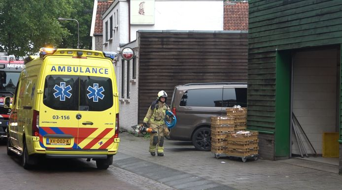 Een brandweerman is op weg naar de bakkerij  in Meppel om de medewerker te bevrijden.