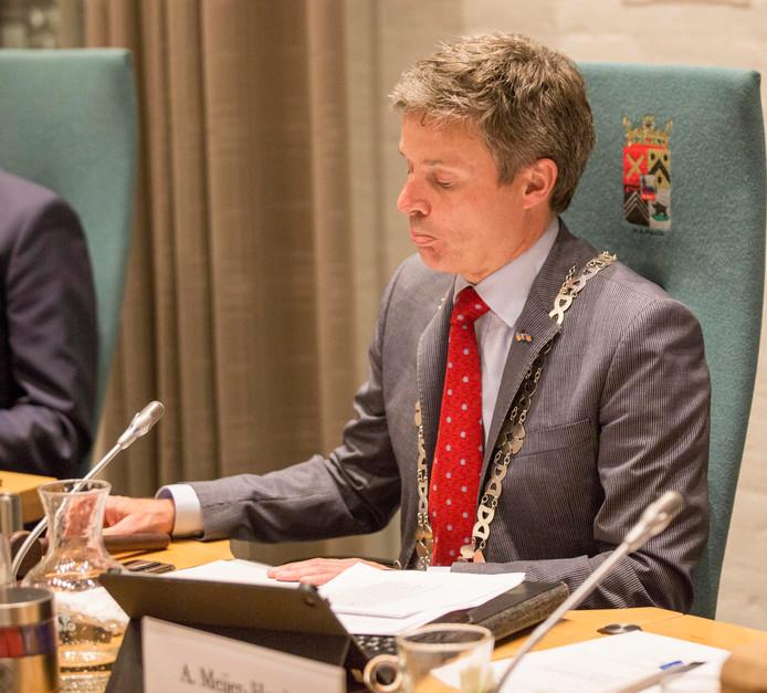 Waarnemend burgemeester van Kapelle Huub Hieltjes moet nog even door, nu er geen geschikte opvolger is gevonden.