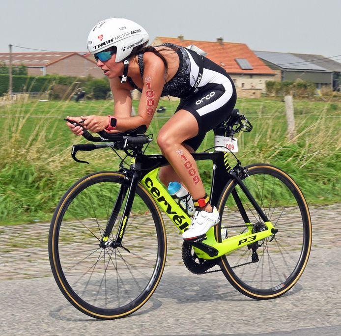 Monique Nobus uit Aardenburg in 2018 in actie tijdens het fietsonderdeel.