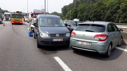 Gewonde na aanrijding tussen vrachtwagen en 4 auto's