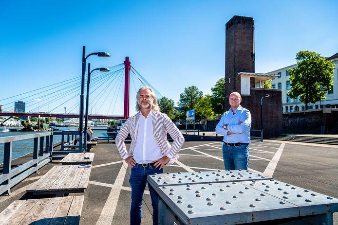 Hans Mosselman (links) en Willem de Klerk doen er alles aan om pop-up restaurant À la Plancha terug te laten keren op het ponton langs de Maaskade. Ook de kade wordt er nadrukkelijk bij betrokken.