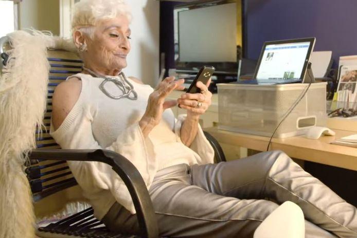 À 83 ans, Hattie Retroage a promis de laisser tomber l'application Tinder afin de trouver un vrai amour.