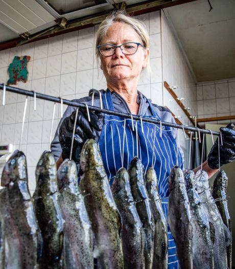 Je eigen forel vangen, doden, roken én opeten kan bij deze visvijver: 'Het is de biefstuk onder de vis, heerlijk'