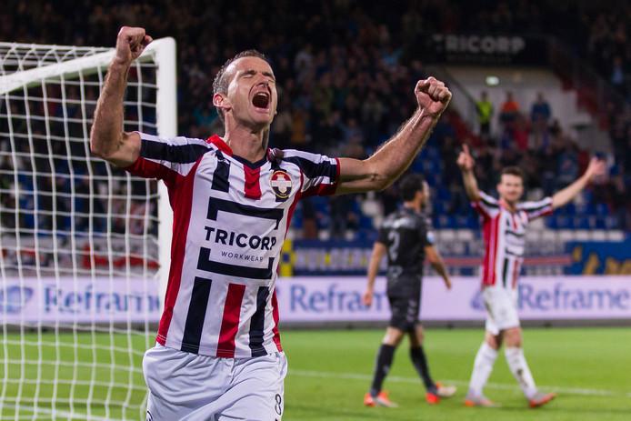 Willem II-speler Robbie Haemhouts viert zijn doelpunt in het duel met FC Utrecht in het seizoen 2015/2016.