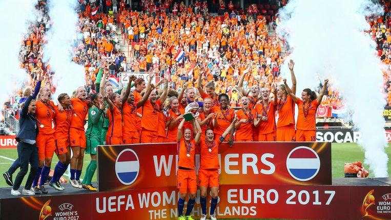 De speelsters van het Nederlands vrouwenelftal op het podium na het winnen van de finale tussen Nederland en Denemarken van het EK vrouwenvoetbal in het FC Twente Stadion. Beeld anp