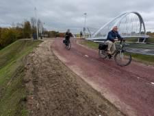 Fonkelnieuwe fietsbrug in Eindhoven is 'schitterend' maar diepe ravijn is levensgevaarlijk