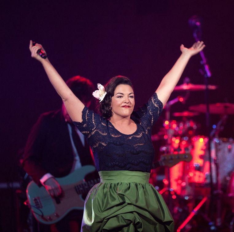 Caro Emerald tijdens een optreden in de Gashouder in Amsterdam tijdens de 3FM Awards. Beeld null