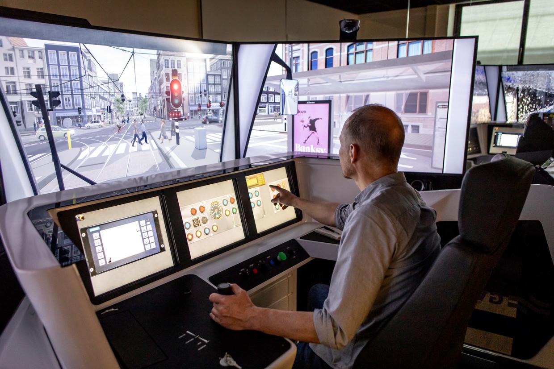 Marc Kruyswijk rijdt in een van de GVB-simulatoren met een tram door de Paulus Potterstraat. Beeld Lin Woldendorp