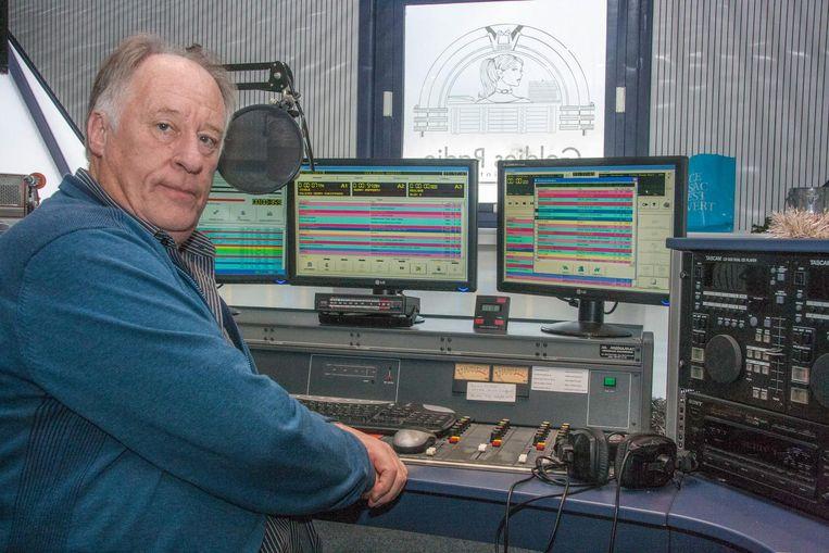 Goldies Radio-medewerker dj Rik Beker aan het werk in de studio.