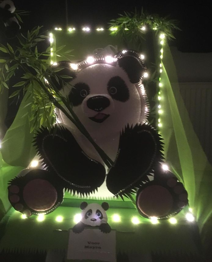 Een pandabeer als surprise voor nichtje Mayra.